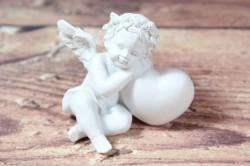 Anjelik opretý o srdiečko - biely 2. (v. 6 cm)