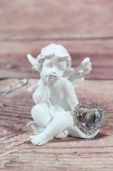 Anjelik so strieborným srdiečkom v ruke 1. (v. 8 cm)