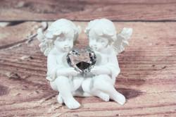 Anjelikovia sediaci so srdiečkom v ruke 1. (v. 6,5 cm)