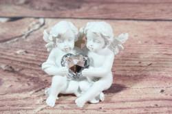 Anjelikovia sediaci so srdiečkom v ruke 2. (v. 6,5 cm)