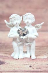 Anjelikovia so srdiečkom v ruke (v. 6 cm)
