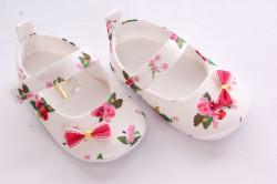 Baby topánky s kvetmi - biele