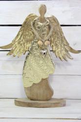 Drevený anjel so zlatými krídlami a srdiečkom v ruke (v. 44 cm)