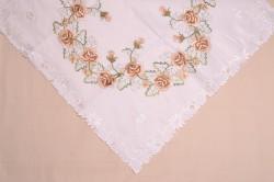 Obrus vyšívaný s HNEDÝMI RUŽAMI - biely (85x85 cm)