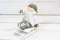 Postavička chlapček sedici na saniach (v. 13 cm) 1.