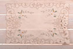 Prestieranie krémové s hnedým a bielo-zelenými kvetmi