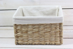 Prútený košík s bielou látkou (23x13,5x18 cm) 1. -