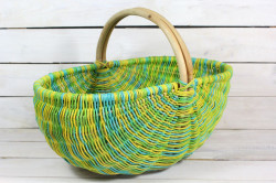 Prútený košík s úchytkou - zeleno-žltý (48x38x30 cm)