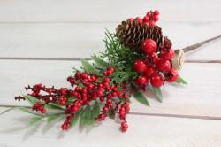 Umelá vetvička s červenými bobuľkami a šiškou (v. 34 cm)