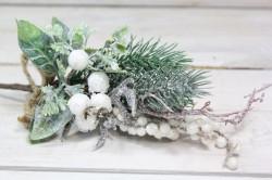 Umelá zasnežená vetvička s bielymi bobuľami (v. 36 cm)