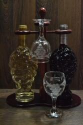 Vínový set na stojan (fľaša červeného a bieleho + 2 poháre) v darčekovom balení (v. 34 cm)