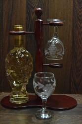 Vínový set na stojane v darčekovom balení (fľaša bieleho vína + 2 poháre) (v. 34 cm)