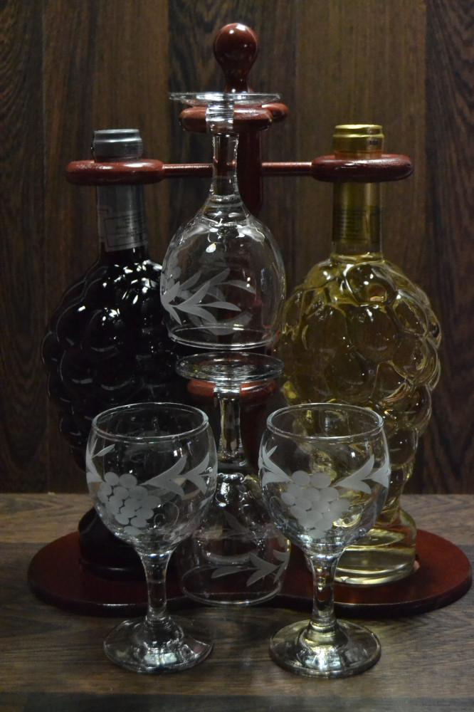 Vínový set na stojane (fľaša bieleho a červeného vína + 4 poháre) v darč.balení (v. 35 cm)