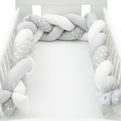 Ochranný mantinel do postieľky vrkoč New Baby Bodka sivo-biely