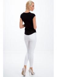 Bielé jeansy s dierami na kolenách