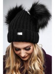 Čierna dámska čiapka s brmbolcami C5