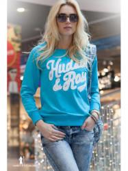 Modrý sveter s nápisom