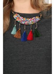 Šedý top s imitáciou farebného náhrdelníka