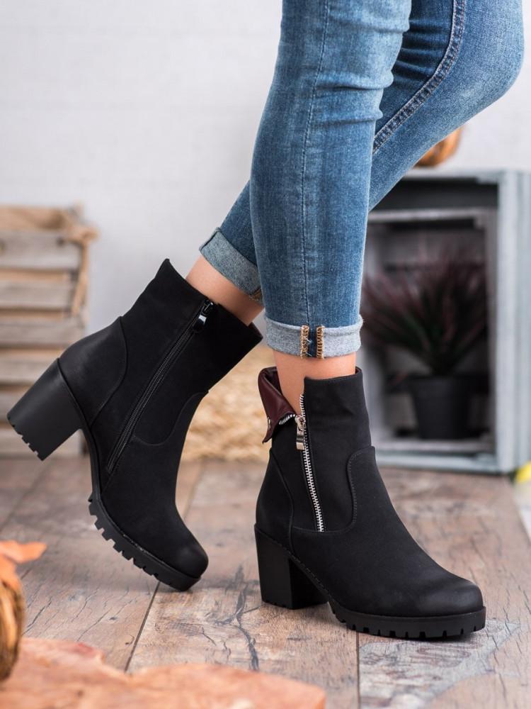 Zaujímavé  členkové topánky dámske čierne na širokom podpätku
