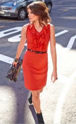 Šaty s volánmi Aniston