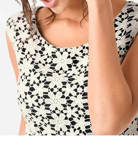 8fafe02fd307 Šaty s čipkou a zvodným výstrihom na chrbáte